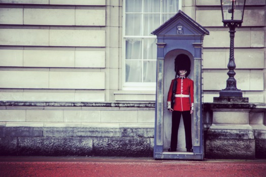 Guard in front of the Buckingham Palace